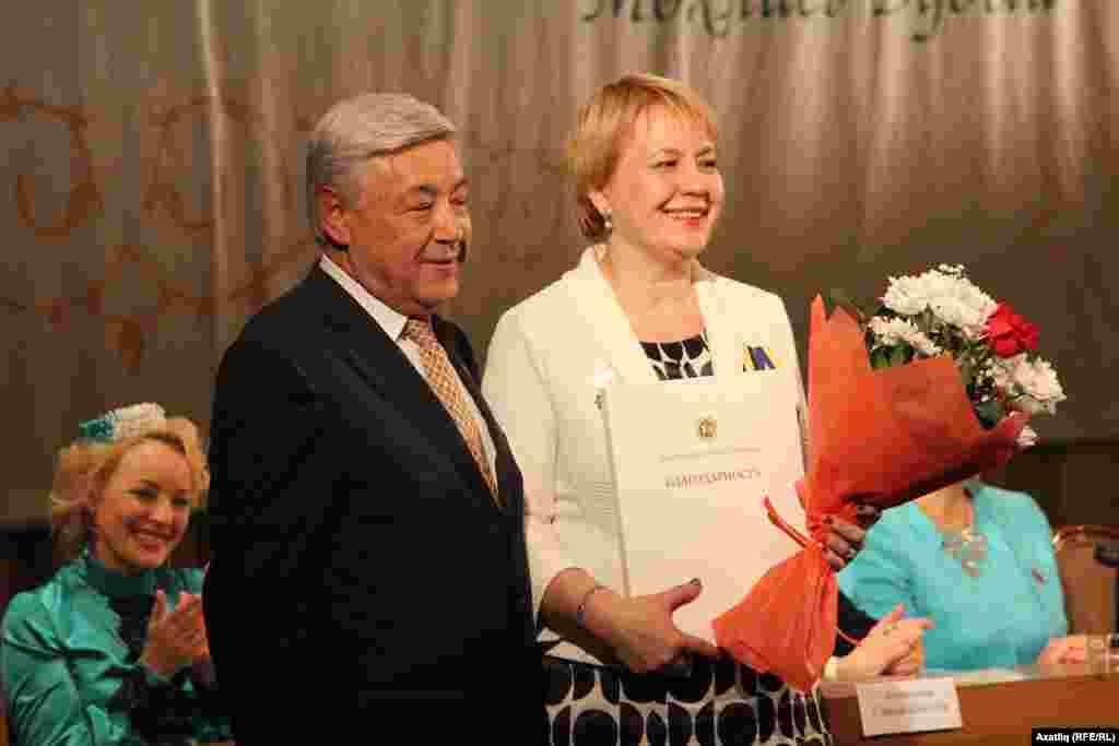 Татарстан парламенты рәисе Фәрит Мөхәммәтшин форум делегатларына Татарстан президентының рәхмәт хатын тапшыра
