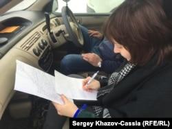 Анастасия Зотова пишет жалобу в прокуратуру на неправомерное удержание Ильдара Дадина. Рубцовск, 25 февраля 2017 г.
