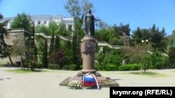Цветы и венки, возложенные к памятнику Екатерине II в Севастополе