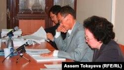 Сцена из зала суда в Астане. Слева направо: адвокат Салимжан Мусин, адвокат Акылбек Дюсенов, жена Ж.Кулекеева Гульнар Есмурзина.
