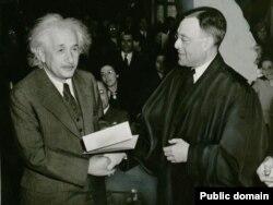 Albert Einstein-ə Amerika vətəndaşlığı verilir, 1940