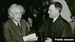 A.Eynşteyn ABŞ vətəndaşlığını qəbul edərkən. Hakim Phillip Forman ona sənədi təqdim edir. 1940