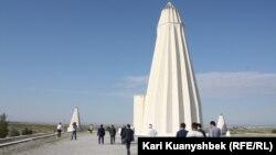 Люди направляются к мавзолею Абая в Жидебае. 7 августа на родине Абая прошли торжества в честь 170-летия мыслителя. Восточно-Казахстанская область, 7 августа 2015 года.