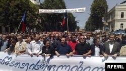 Раскол в рядах оппозиции Грузии эксперты называют «еще одной и на этот раз решающей победой президента Саакашвили»