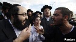 Ултраортодоксен Евреин се расправа со демонстрант за време на протестот против дискриминација на жените и верскиот фанатизам во градот Беит Шемеш во Израел на 26 декември 2011 година.