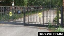 Перекрытый воротами переулок Краснознаменный