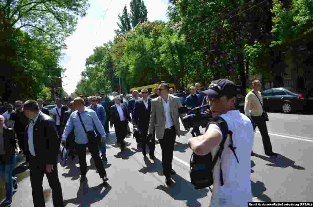 Біля Меморіалу був помічений Юрій Бойко, голова фракції «Опозиційний блок», в оточенні охорони він поклав квіти до Вічного вогню і згодом покинув місце проведення акції