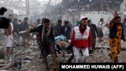 Дәрігерлер мен құтқарушылар жерлеу кезінде жасалған әуе шабуылдарынан қаза тапқандардың денелерін алып бара жатыр. Сана, Йемен, 8 қазан 2016 жыл.