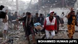 Рятувальники надають допомогу на місці загибелі учасників похорону у Сані, Ємен, 8 жовтня 2016 року