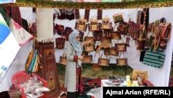 د جامو د تولید د دې دستګاه مسووله ملیحه هادي وايي، دوی په دې دستګاه کې له ښکلو زنانه ټوکرانو څخه بېلابېل افغاني لباسونه طرح او ډیزاینوي