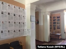 107 портретів кандидатів з передвиборчою програмою висять на кожній дільниці