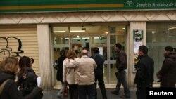 جویندگان کار در حال ورود به اداره کاریابی در مالاگا، جنوب اسپانیا. ۲۷ ژانویه ۲۰۱۲.