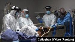 Врачи медицинского центра в Хьюстоне готовятся подключить пациента с COVID-19 к аппарату искусственной вентиляции легких. 29 июня 2020 года.