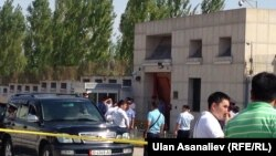 На месте взрыва в Бишкеке у посольства Китая, 30 августа 2016 года.