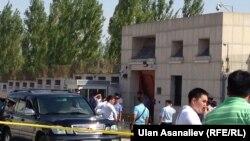 На месте взрыва в Бишкеке у посольства Китая, 30 августа 2016
