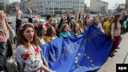 Украинские студенты агитируют голландцев голосовать на референдуме за ратификацию соглашения с Украиной, 5 апреля 2016