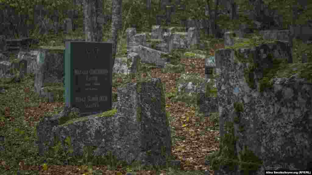 Велика частина надгробків містить епітафії староєврейською мовою. Часто в них цитується Старий Завіт