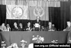 Конференція АБН і EFC. Лондон, 1982 рік. За столом праворуч Слава Стецько, виступає її чоловік – голова АБН і ОУН Ярослав Стецько