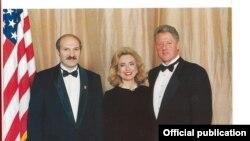 Аляксандар Лукашэнка з прэзыдэнтам ЗША Білам Клінтанам і першай лэдзі Гілары Клінтан. Здымак зроблены падчас азнаемляльнага візыту Аляксандра Лукашэнкі ў ЗША ў 1995 годзе.