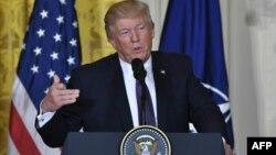 АҚШ президенті Дональд Трамп Ақ үйде сөйлеп тұр. Вашингтон, 12 сәуір 2017 жыл.