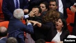 Թուրքիա - Վիճահարույց օրինագծի քննարկումները խորհրդարանում ուղեկցվում էին ծեծկռտուքներով, Անկարա, 27-ը ապրիլի, 2016թ․