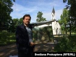 Дьякон Андрей Иванов с картиной, на которой изображена часовня до реконструкции