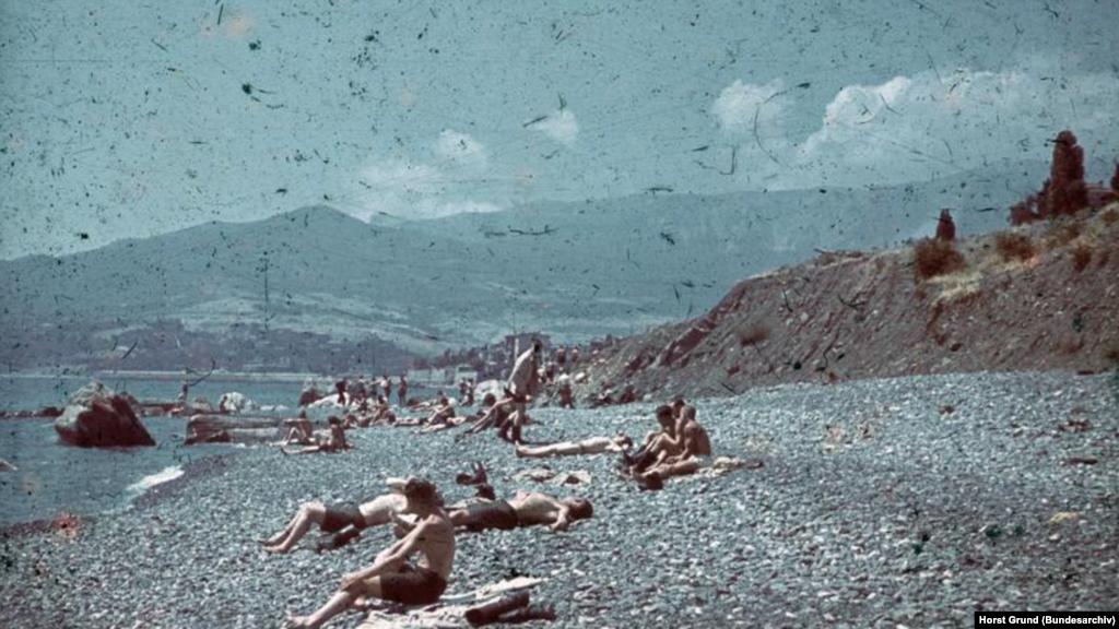 Після війни, згідно з німецькими планами, Крим мав стати одним з найбільш процвітаючих курортів Третього рейху. На фото: німецькі солдати відпочивають на пляжі на Південному узбережжі Криму, літо 1942 року