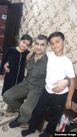 Аброр Хидиров вместе с детьми. Фото сделано 9 апреля 2019 года.