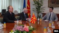 Архивска фотографија: Преговарачот Зоран Јолевски, посредникот Метју Нимиц и премиерот Никола Груевски на средба во Скопје.