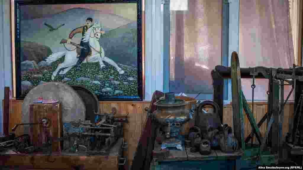 У музеї можна побачити картини, подаровані Аметову його друзями-художниками. Є й такі, на яких зображений він сам