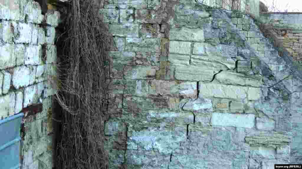 Незважаючи на укріплювальні роботи, Мітрідатські сходи продовжують руйнуватися. Велика тріщина з'явилася на прольоті, розташованому праворуч від ділянки сходів, що обвалилася раніше
