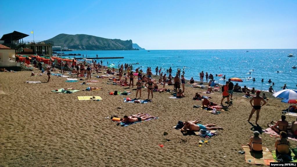 Сентябрь 2017 года. Туристы на пляже в Судаке.