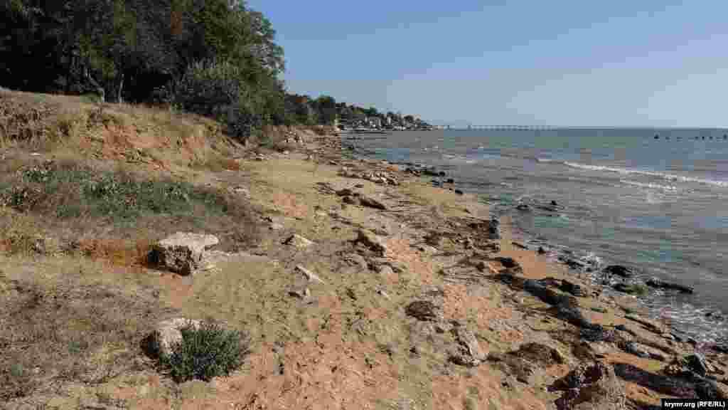 Вся пляжная полоса – в обломках камней, которые когда-то были частью лестницы и подпорной стенки