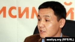 Janaozen.net сайтының бас редакторы Қасым Аманжолұлы Азаттық радиосында. Алматы, 4 сәуір 2012 жыл.