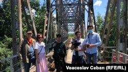 """Echipa Europei Libere la sfârșitul drumului, pe podul de la Ungheni. """"Drum de țară - Moldova, la 30 de ani"""", un documentar din seria """"Pur și simplu, Moldova""""."""