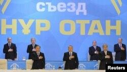 """Қазақстан президенті Нұрсұлтан Назарбаев (ортада) пен """"Нұр Отан"""" партиясы мүшелері гимн айтып тұр. Астана, 11 ақпан 2011 жыл."""