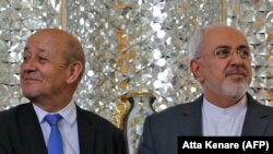 Франциянын тышкы иштер министри Жан-Ив Лё Дриан ирандык кызматташы Жавад Зариф (оңдо) менен Тегеранда. 5-март, 2018-жыл.