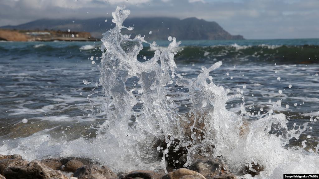 Хвилі розбиваються об кам'янистий берег в бухті Капсель