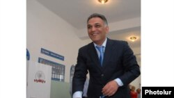 Հանրապետական կուսակցության ցուցակը գլխավորող Գագիկ Բեգլարյանը քվեարկում է Երեւանի ավագանու ընտրություններում, 31-ը մայիսի, 2009թ.
