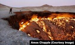 Сүрөтчү Амос Чаппл «Дарваза» газ чуңкурунун чекесинде турат. «Тозок дарбазасы» деген ат менен белгилүү кратер 1970-жылдан бери күйүп турат.
