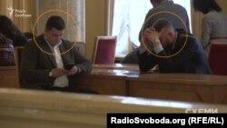 Супровід лідера Радикальної партії Олега Ляшка очікує його в кулуарах парламенту