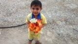 طفل وباقة ورد من الناصرية