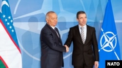 Президент Узбекистана Ислам Каримов (слева) и глава НАТО Андерс Фог Расмуссен. Брюссель, 24 января 2011 года.