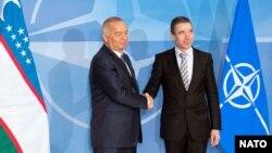 Өзбекстан президенті Ислам Каримов (сол жақта) НАТО-ның бас хатшысы Андерс Фог Расмуссенмен кездесіп тұр. Көрнекі сурет. Брюссель, 24 қаңтар 2011 жыл