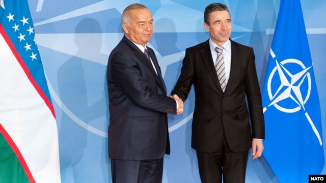 Президент Узбекистана Ислам Каримов (слева) и генеральный секретарь НАТО Андерс Фог Рассмусен. Брюссель, 24 января 2011 года.