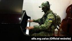 Український воїн-музикант в зоні бойових дій на Донбасі на лінії фронту (архівне фото)