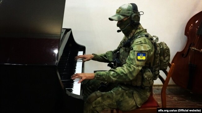Український воїн-музикант в зоні бойових дій на Донбасі на лінії фронту