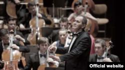 Cristian Mandeal la pupitrul Orchestrei de Tineret