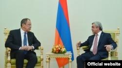 Президент Армении Серж Саргсян принимает министра иностранных дел Российской Федерации Сергея Лаврова (слева), Ереван, 22 апреля 2016 г.