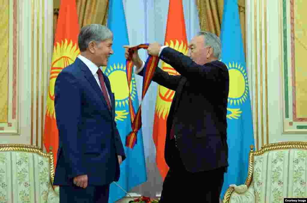Нурсултан Назарбаев вручает награду Алмазбеку Атамбаеву. Астана, 7 ноября 2014 года.